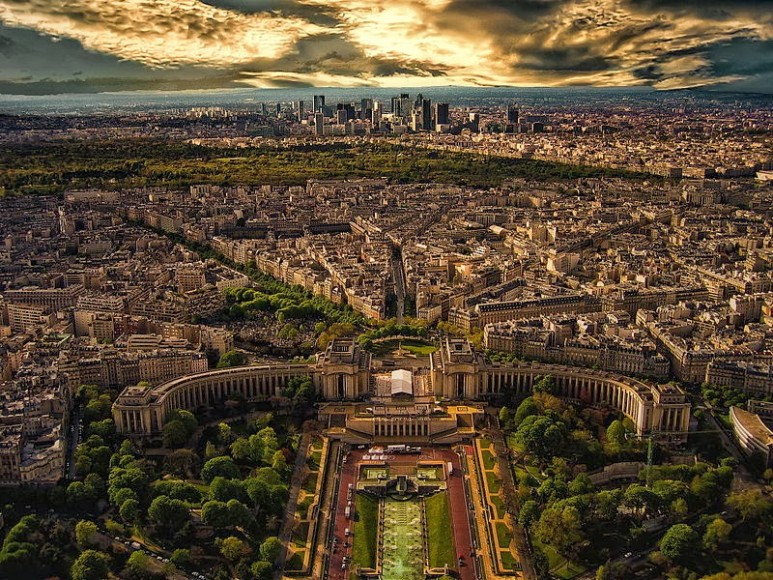 800px-Aerial_view_of_Paris